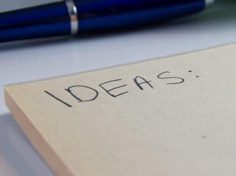 Ideas en una libreta con un bolígrafo