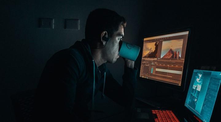 Chico frente a su ordenador