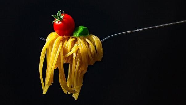 Tenedor con pasta y tomate