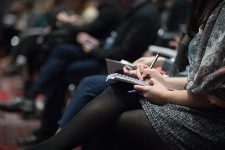 Mujer tomando notas en un cuaderno