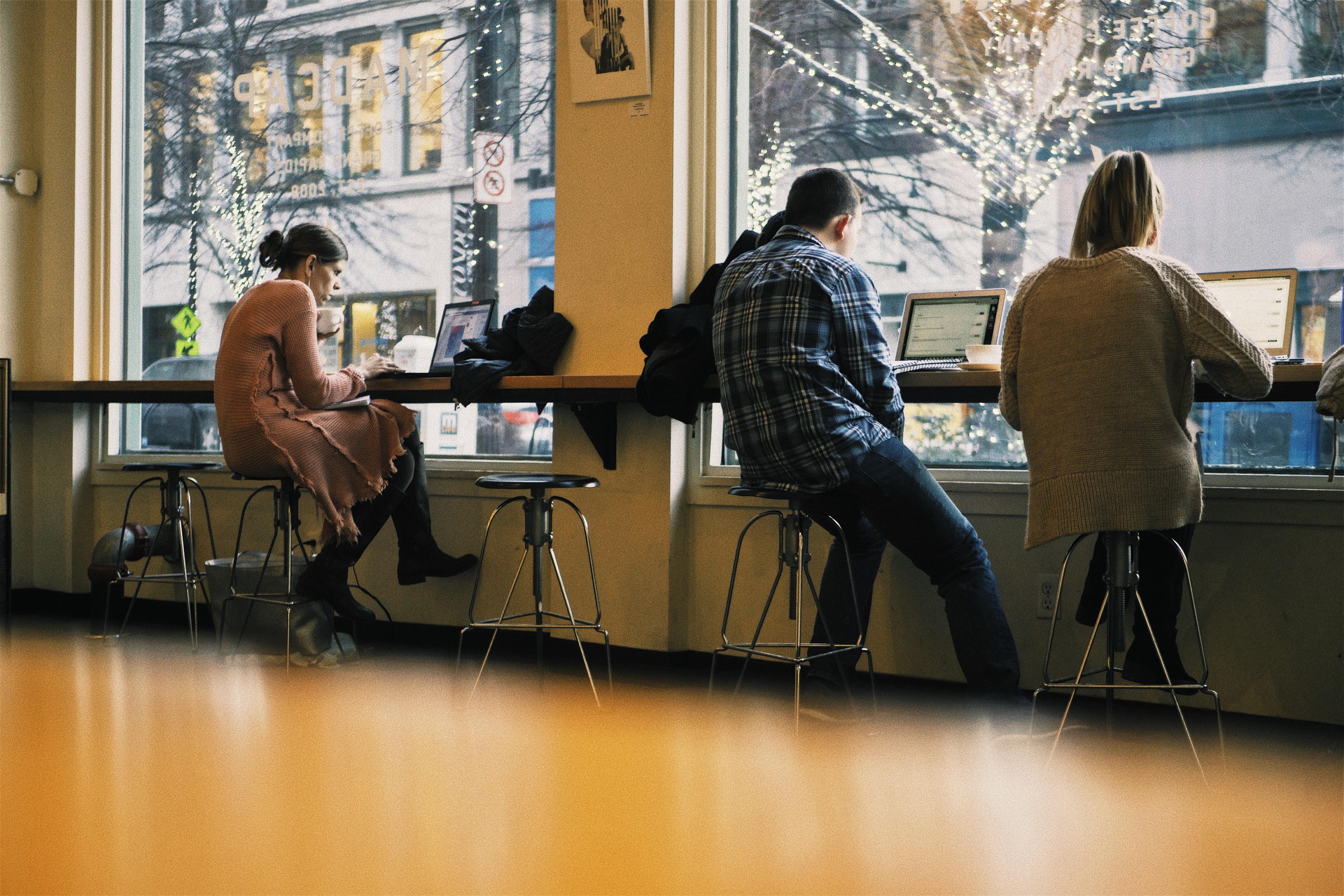 Gente trabajando con sus ordenadores
