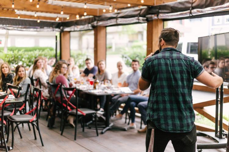 Hombre hablando frente al público