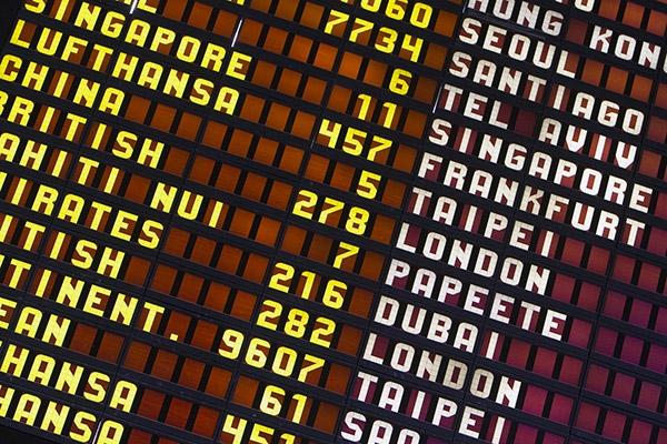 Panel de destinos en un aeropuerto