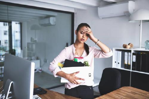 mujer despedida en la oficina