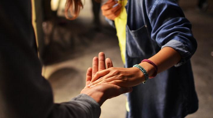 Una persona dándole la mano a otra
