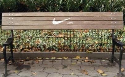 Banco con el logo de Nike