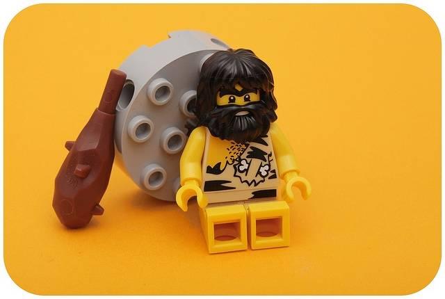 Muñeco de lego cavernicola