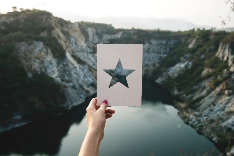 Mano sujetando cartel con estrella
