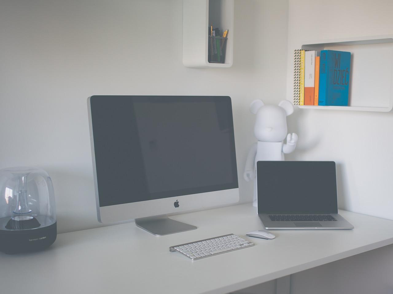 Mesa de escritorio con ordenadores
