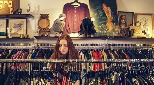 Chica mirando ropa en la tienda