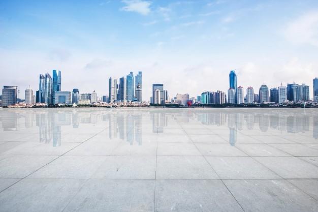 Vista panorámica de una ciudad con los edificios al fondo