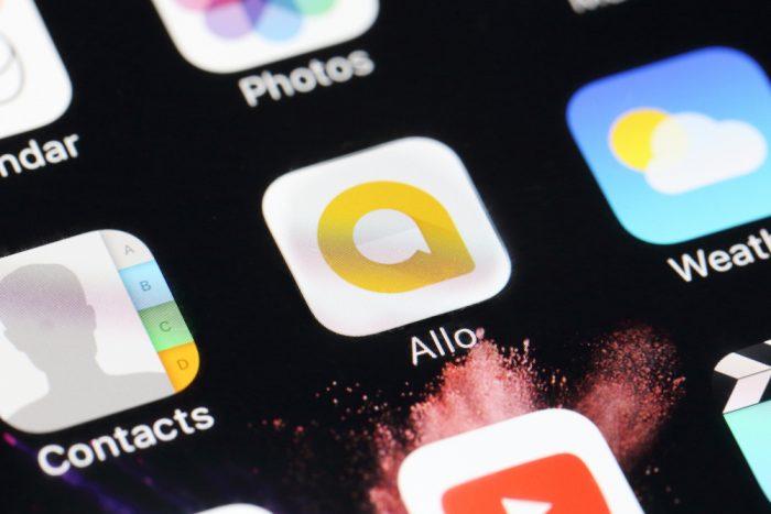 pantalla móvil con el logo de Google Allo