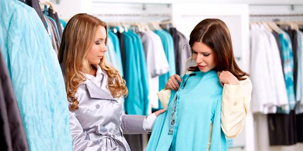 vendedora aconsejando a su clienta