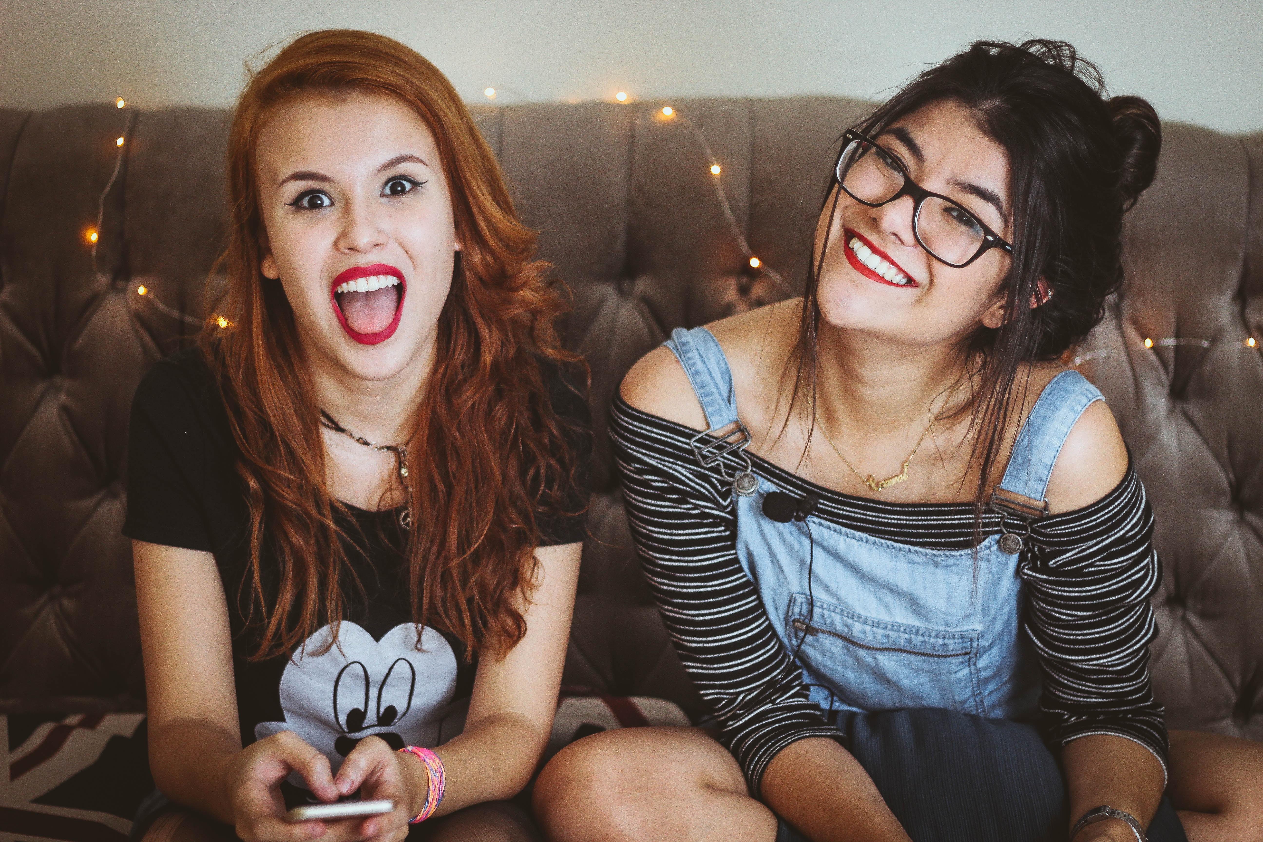 Dos chicas jóvenes sonriendo