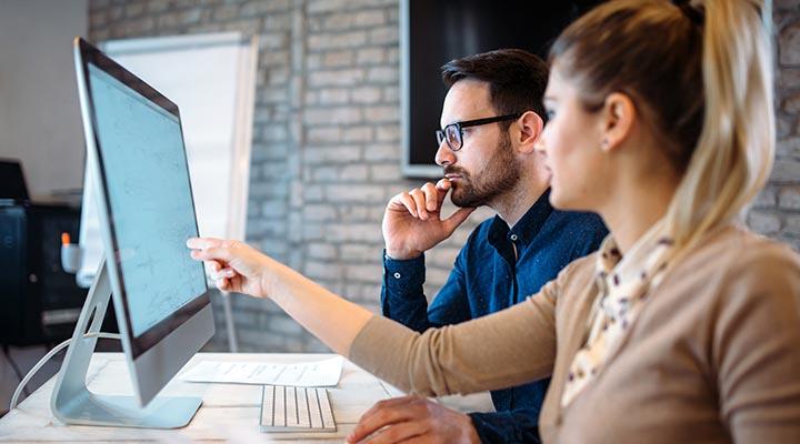 La mayoría de las empresas miran las redes sociales antes de contratar a su personal