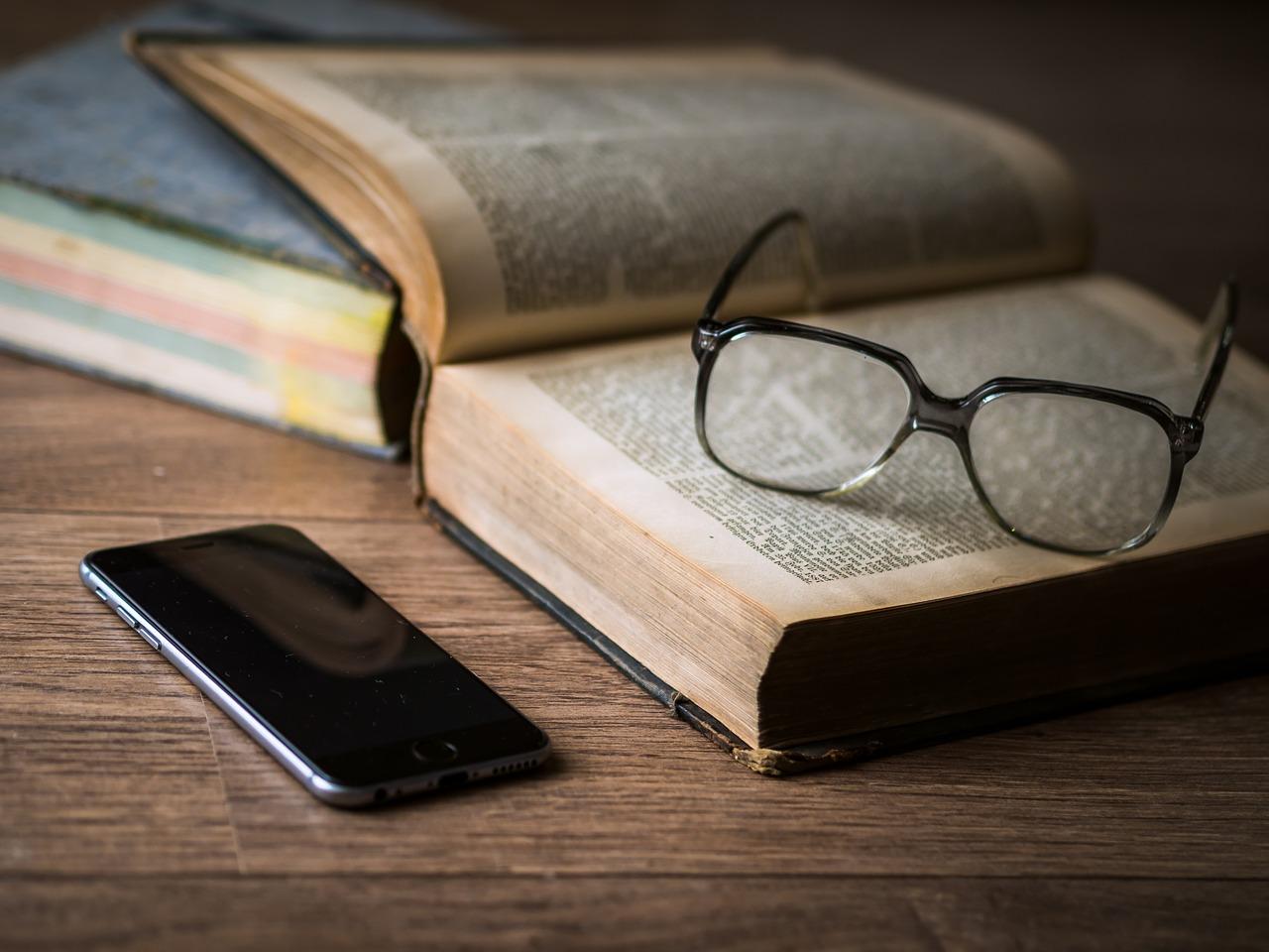 Smartphone, gafas y libro