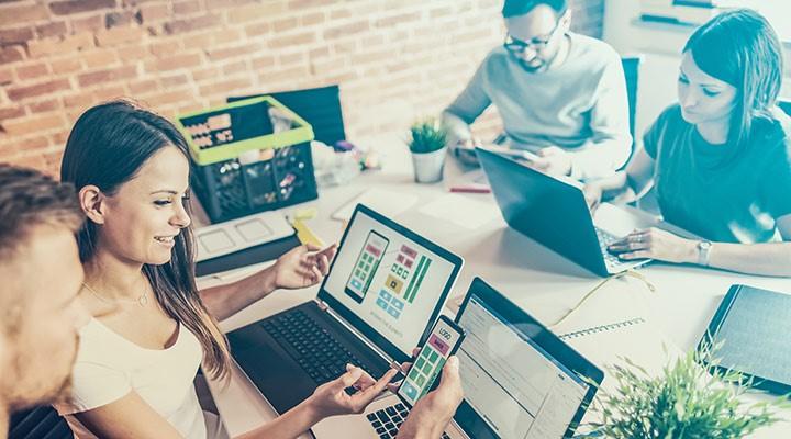 empleados en una empresa creando apps