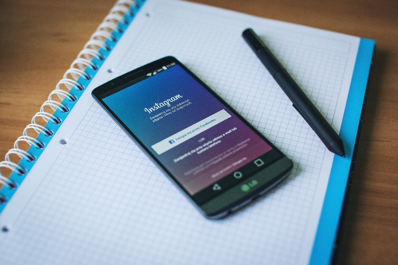 Un smartphone sobre un cuaderno