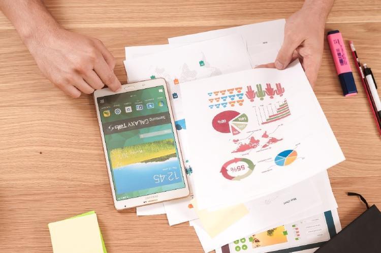 documentos con gráficos y móvil
