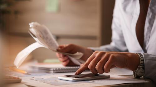 Autónomo revisando sus facturas