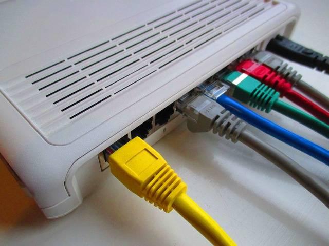 Tutorial: Descubre por qué tu WiFi va lento y soluciónalo| Cable ethernet RJ-45 en router.