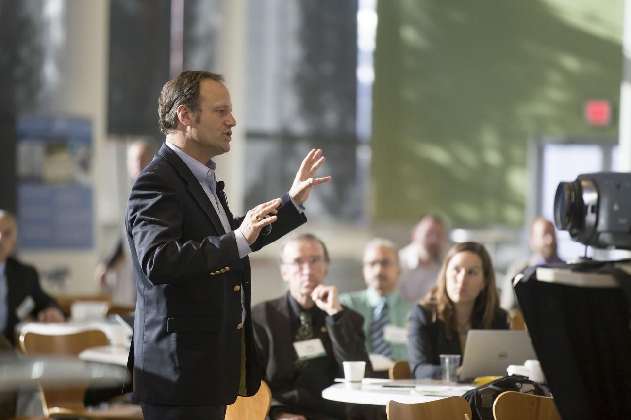 Hombre hablando al público