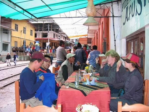 Grupo de viajeros comiendo