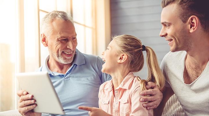 Un abuelo con su hijo y su nieta